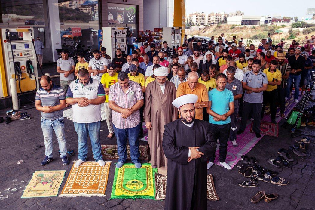 金融危機之外,黎巴嫩也正面臨嚴重的燃料短缺問題。圖為當地穆斯林聚集在加油站祈禱,...