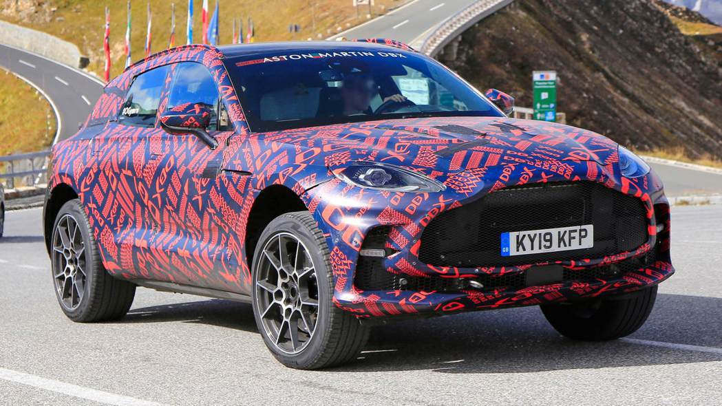 Aston Martin DBX測試車的前保桿與水箱護照皆有改變。 摘自auto...