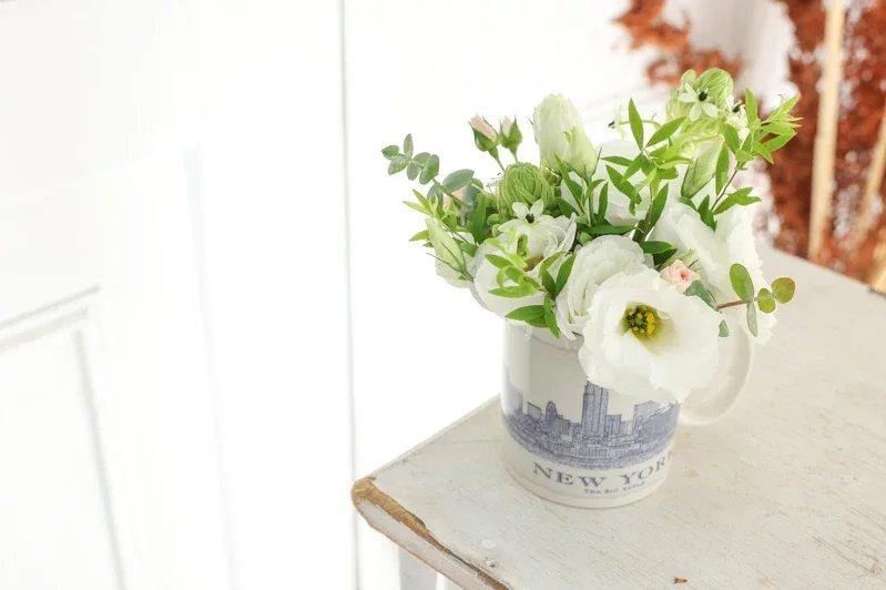 麗緻花藝設計花藝師James示範手作馬克杯盆花。  圖/李政龍 攝影