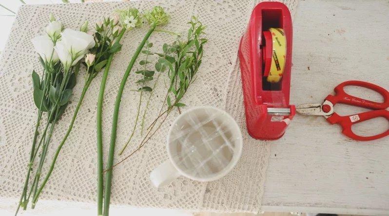 馬克杯盆花材料:馬克杯、透明膠帶、剪刀、白桔梗、迷你玫瑰、伯利恆之星、尤加利葉、...