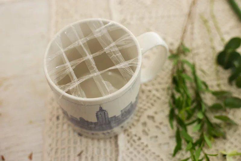 製作馬克杯盆花時,可先用透明膠帶在杯口做成井字型的固定位置。 圖/李政龍 攝影