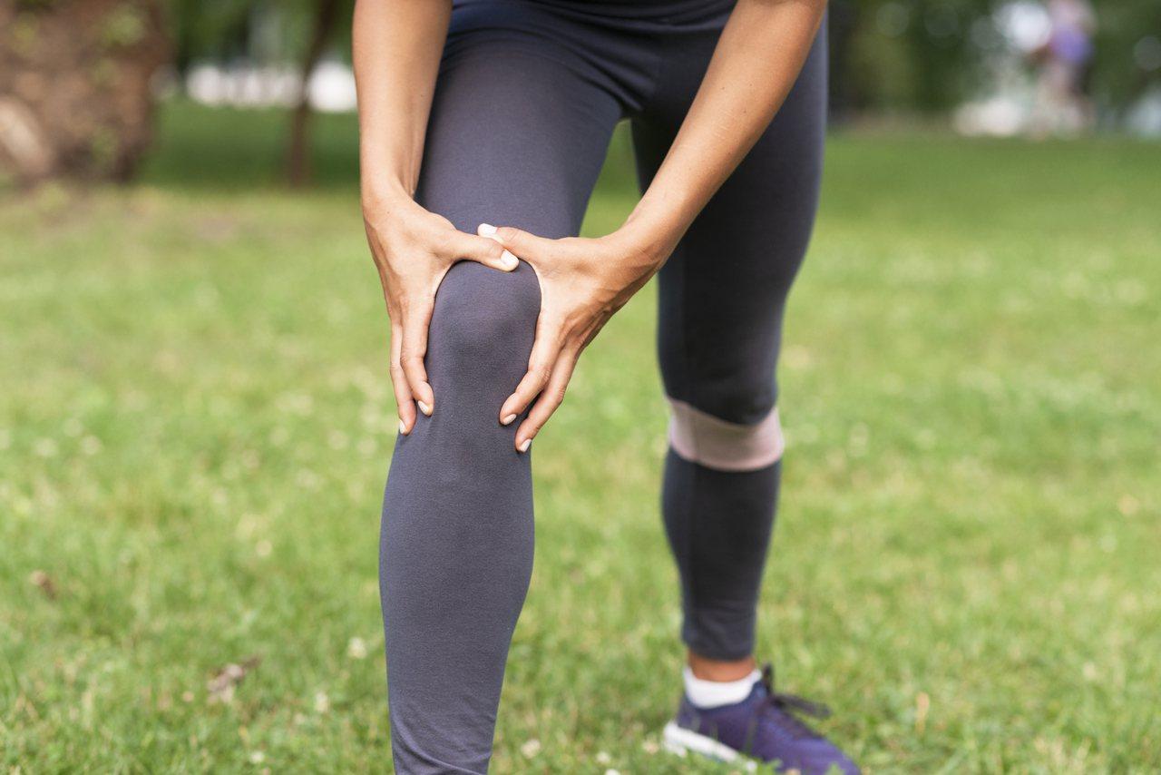 膝蓋曾經受傷,或是體重導致平時膝蓋負擔較重的人不適合波比跳。 圖/freepik
