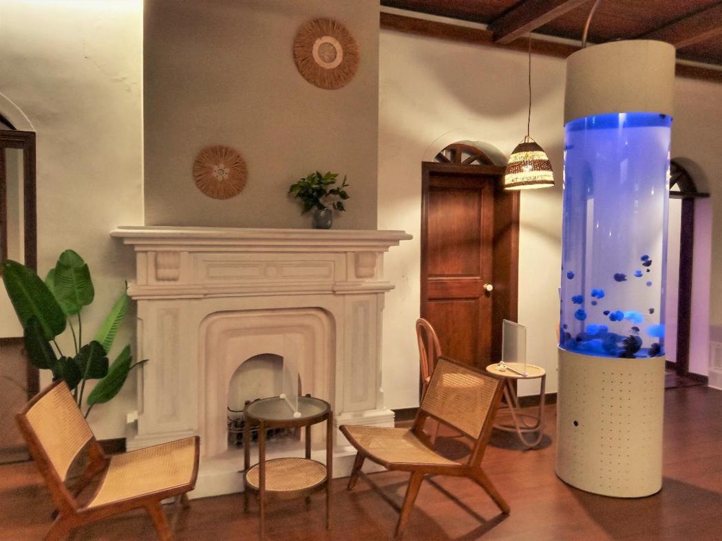東興洋行室內一角,以「水母咖啡廳」作為活用特色。後續館內又有再設立一些歷史解說牌。 圖/作者拍攝