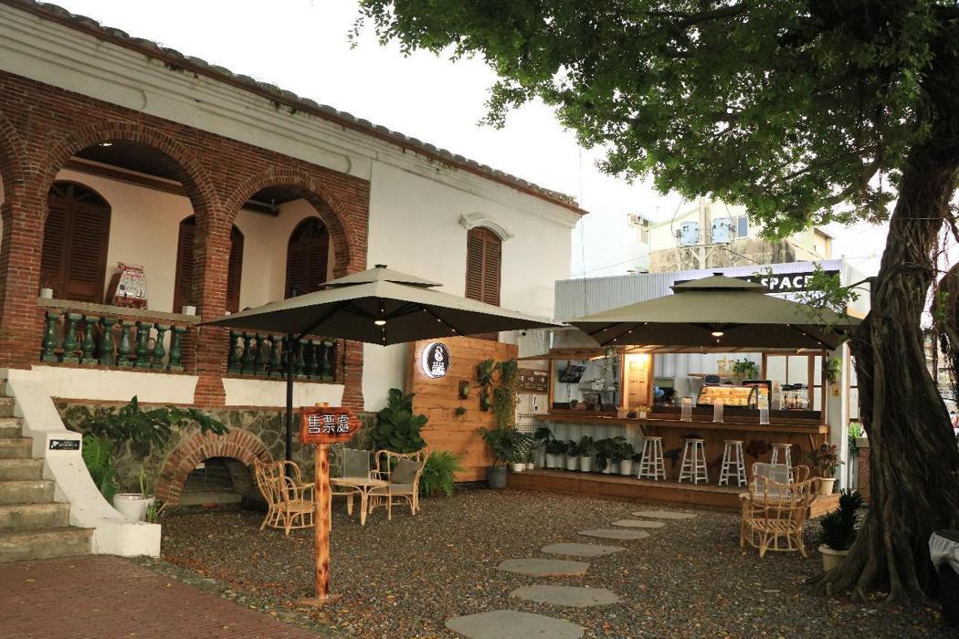 東興洋行外頭庭院與店舖。 圖/作者拍攝