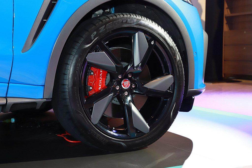 小改款Jaguar F-Pace SVR搭載全新21吋SVR專屬設計款式的鍛造鋁...