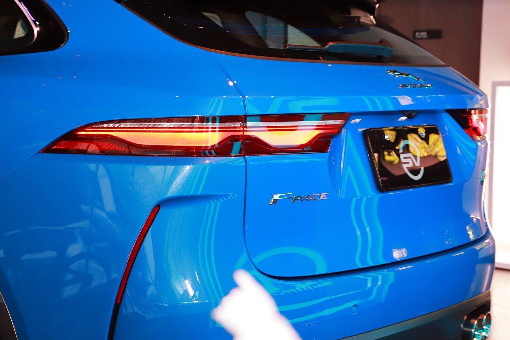 全新尾燈造型,轉向時動態指示方向燈如流星般為夜晚劃過小改款Jaguar F-Pa...