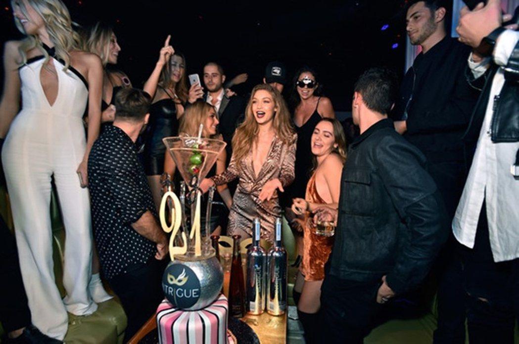 「美模與美酒」(models and bottles):圖為吉吉哈蒂的21歲生日...