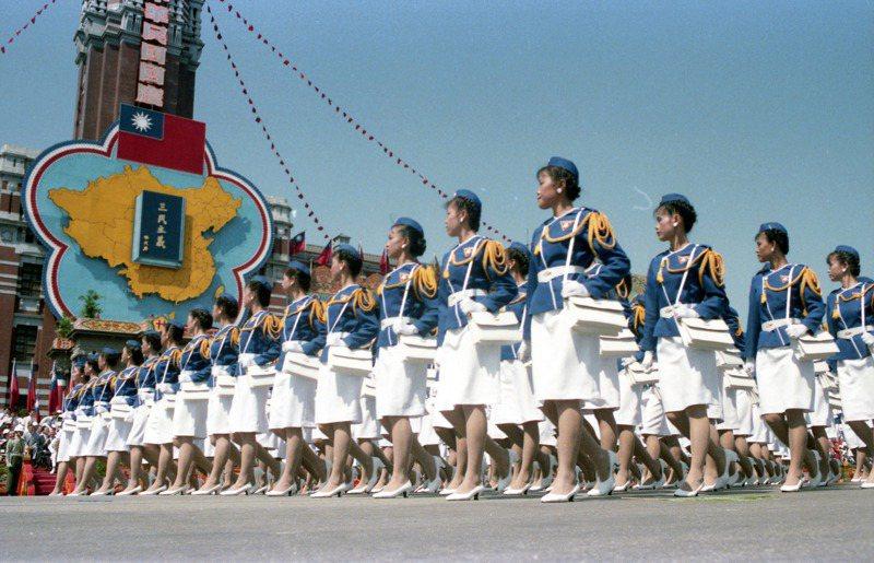 民國74年國慶遊行上,中興大學女生隊表現了一般大學女青年的活潑剛健、明秀俊朗,丰采不亞於政戰學校的花木蘭。圖/聯合報系資料照片