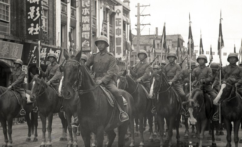 1954年總統雙十國慶閱兵騎馬,早已不復見。圖/聯合報系資料照片