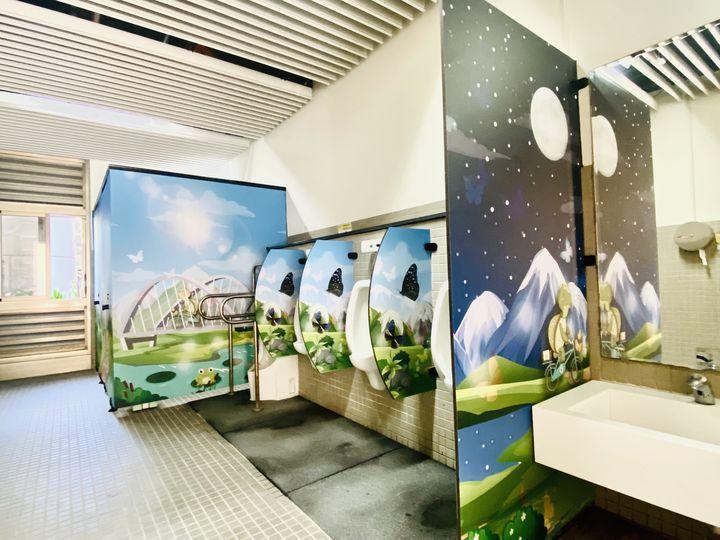 ▲新威遊客中心以溫馨童趣的卡漫風圖像,將著名景點特色融入廁所門板設計。 圖:茂林國家風景區管理處/提供