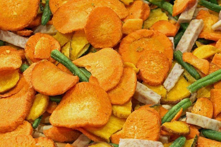乾燥蔬菜因水分大幅減少,水溶性維生素B與C流失會比較多,反觀脂溶性維生素A與E流...