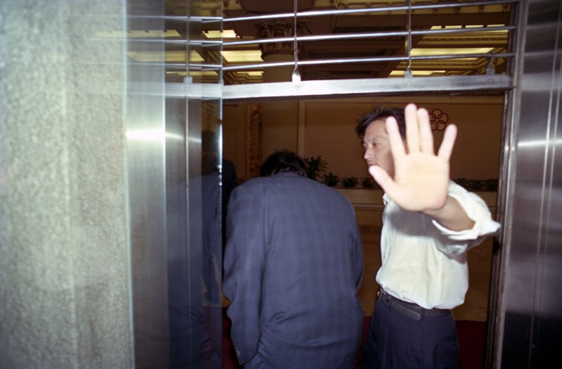 調查局台北市調查處追查華隆集團旗下洪福證券公司與永豐證券公司巨額違約交割案的專案小組,到台北市中山北路二段國華人壽大樓搜索與本案有關的資料。圖 /聯合報系資料照片