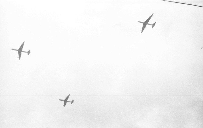 中華民國44年國慶閱兵大典,美國空軍的三架巨型B─36六引擎康凡爾洲際轟炸機,特地從關島基地起飛來台兩度飛越台北上空。圖/聯合報系資料照片