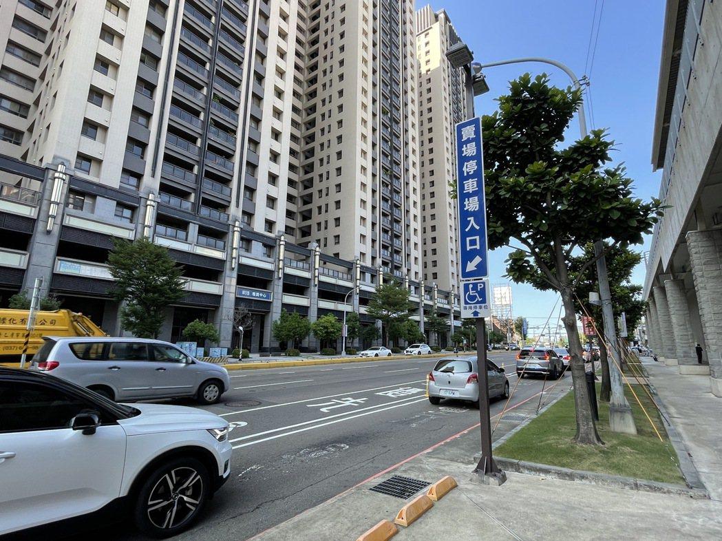 新竹好市多地下停車場上周開始停車收費,假日造成慈雲路周邊大塞車,平日尖峰時刻也會...