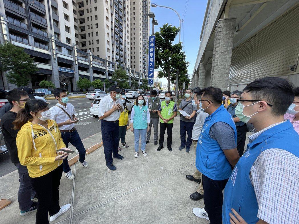 新竹好市多地下停車場上周開始停車收費,市警局交通局今天安排會勘,多名議員出席提出...
