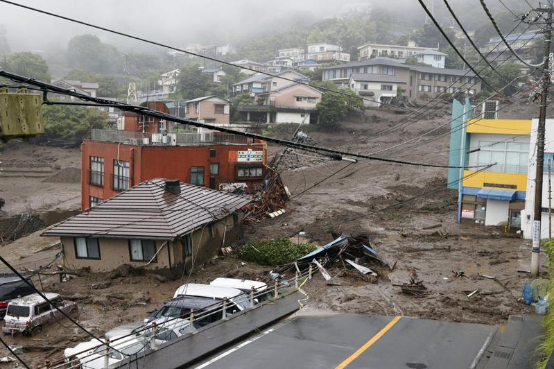 今年7月日本靜岡縣熱海市發生土石流沖毀許多人的家園。美聯社