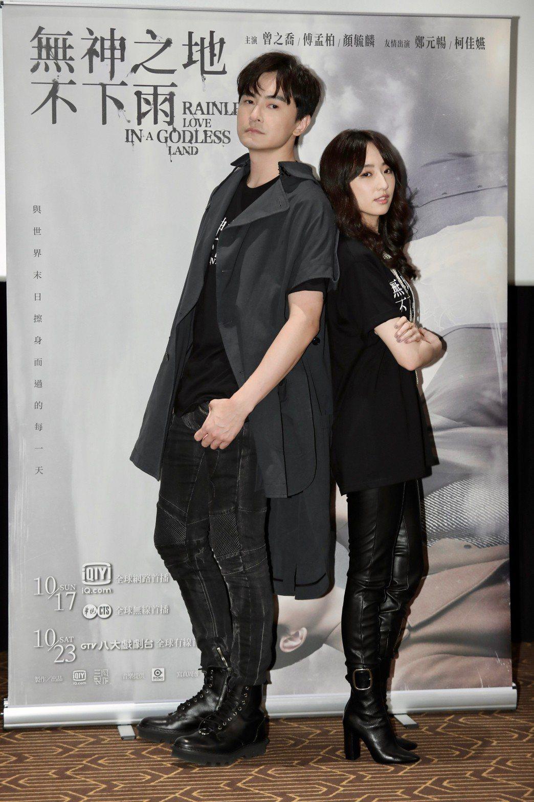 鄭元暢(左)、柯佳嬿相識多年,首次在戲劇上合作。記者李政龍/攝影
