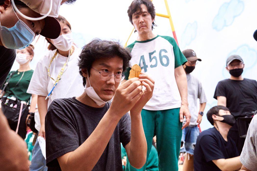 導演黃東赫(中)執導「魷魚遊戲」,總製作費約200億韓元(約新台幣5.1億元台幣...
