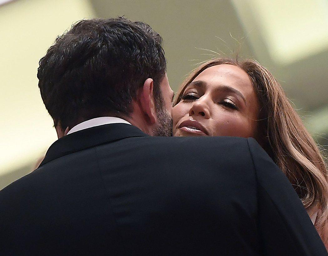 班艾佛列克(左)與珍妮佛洛佩茲公開秀恩愛,卻被爆已經大吵過。(歐新社資料照片)