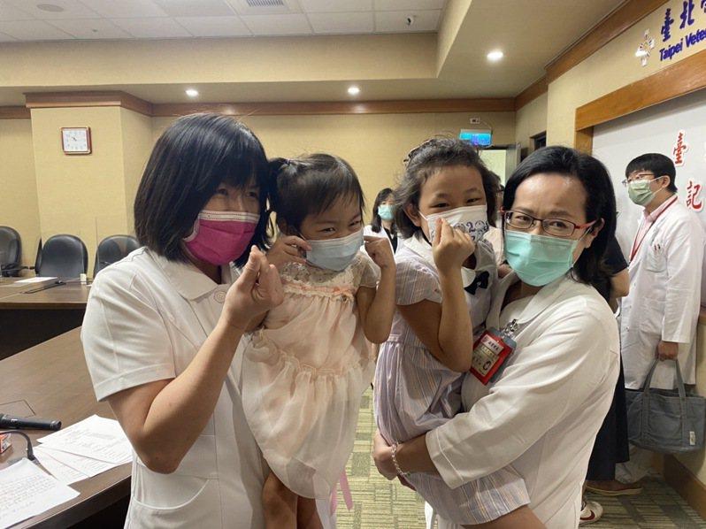 4歲李小妹妹(左二),以及9歲許小妹妹(右二)接受器官捐贈成功,免於終身洗腎。記者蕭羽耘/攝影