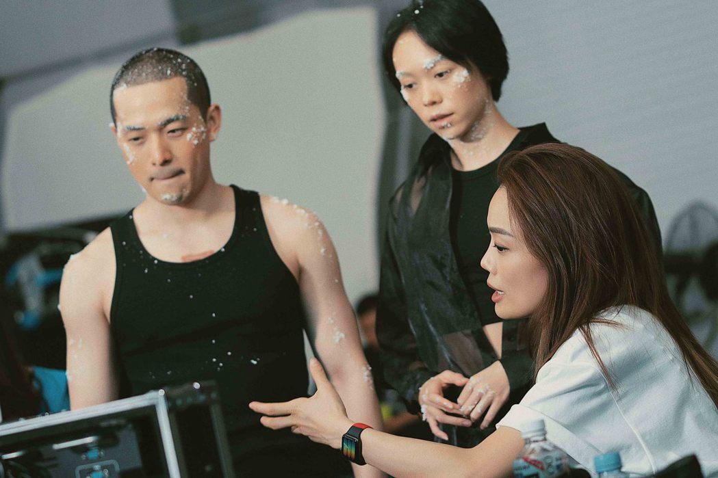 擔任導演的容祖兒(右)細心指導MV男、女主角。圖/英皇娛樂提供
