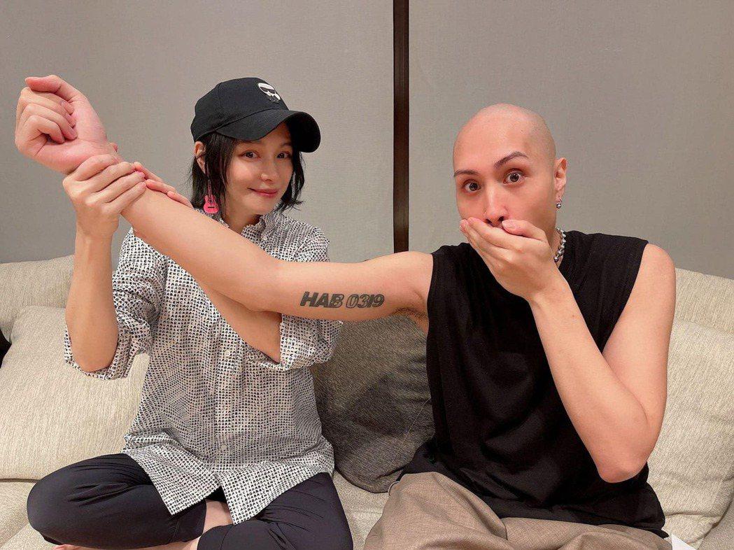 徐若瑄(左)發現黃宣手臂上刺著自己的生日。圖/摘自臉書