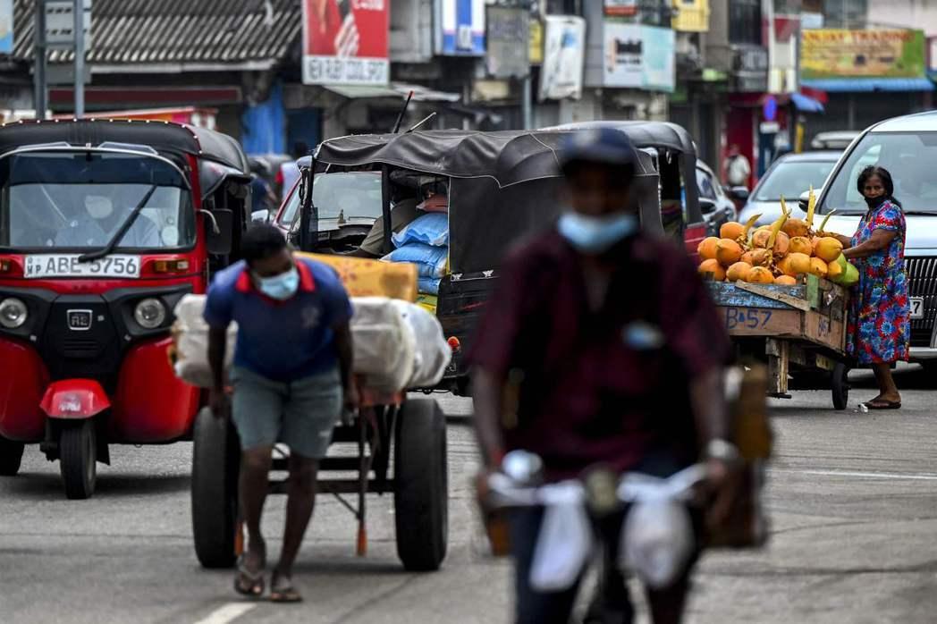 根據《南華早報》報導,今年7月斯里蘭卡償付十億美元的債券之後,外匯存底剩下28億美元,只夠兩個月的進口外匯需求,斯里蘭卡財政部長坦承已經面臨嚴重外匯危機。 圖/法新社