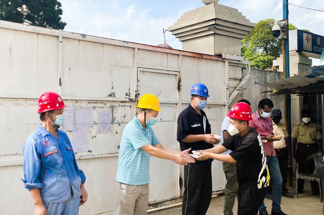 圖為於斯里蘭卡勞動的中國工人。 圖/新華社