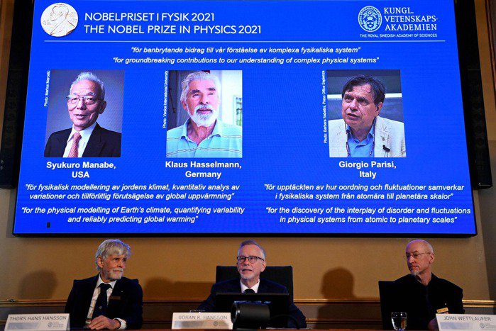 五日公布諾貝爾物理學獎得主,為美籍日裔學者真鍋淑郎(上方螢幕左起)、德國科學家哈...