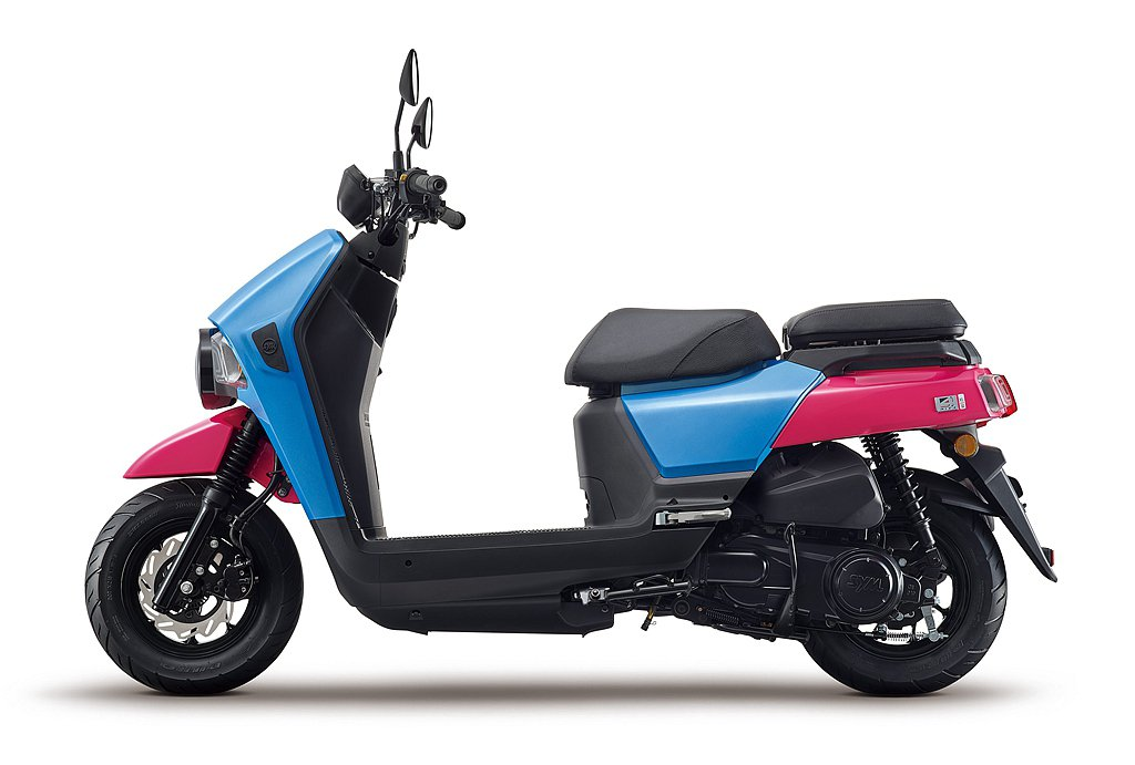 SYM 4MICA為確保騎乘者的舒適性及額外的載物空間,前置腳空間達到同級距最大...