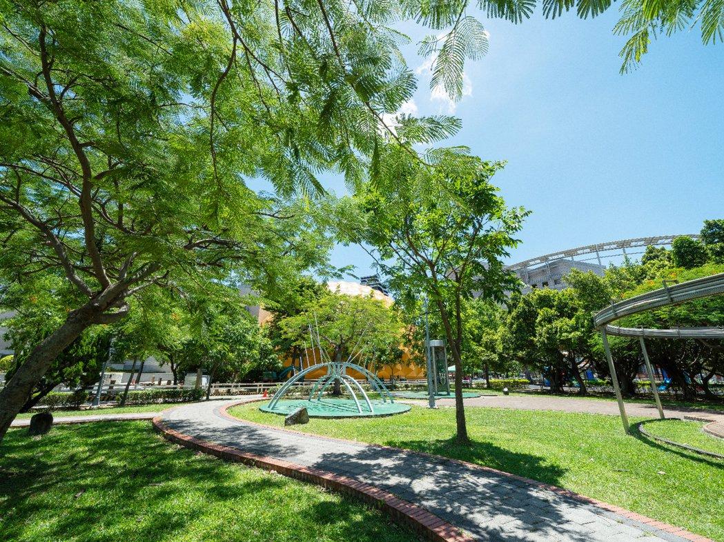 「陽明松疆」 周邊校園綠地與大型場館環繞,圖為美崙公園。