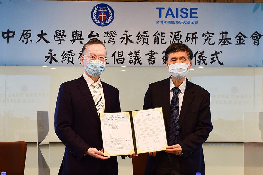 中原大學校長李英明(右)、台灣永續能源研究基金會董事長簡又新分別代表雙方簽署「大...