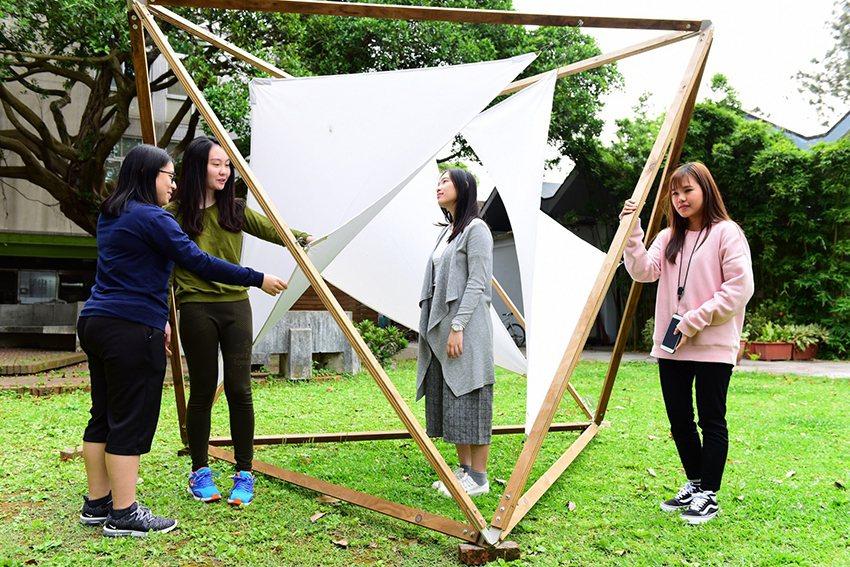 中原大學室設系學生在校園內創作微型裝置藝術,開啟師生與大自然的對話。 中原大學/...