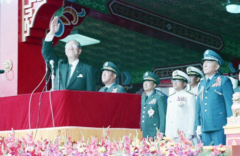 民國77年年前總統李登輝(左)在總統府前閱兵台,左二為郝柏村。圖/聯合報系資料照片