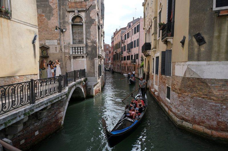 外國遊客認為,威尼斯的浪漫都因人潮擁擠而消失,但把監視監控派上用場,就更不浪漫了。圖為行駛於威尼斯市區運河的貢多拉船。路透