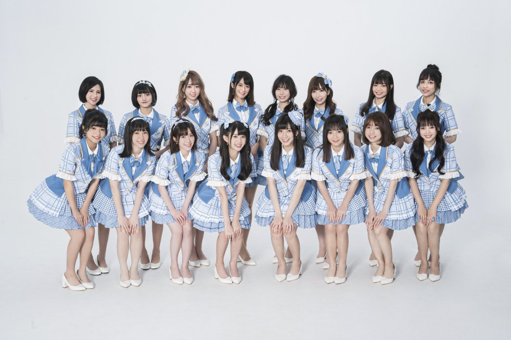 「AKB48 Team TP」成員王逸嘉(前排左起)、劉曉晴、邱品涵、林于馨、冼