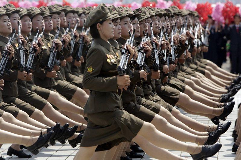 若論各國參與閱兵的女性官兵,當以北韓女兵最讓人印象深刻。這些持槍的女性官兵穿著短裙,踢著北韓獨家的正步,簡直就像踩著彈簧前進。路透