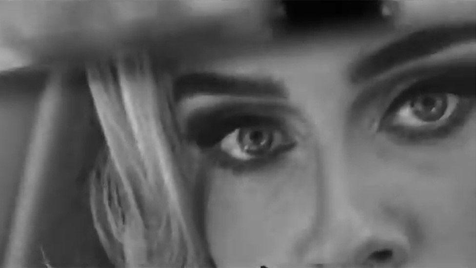 愛黛兒自拍短片秀出深邃眼神,宣告最新單曲即將發行。圖/摘自IG