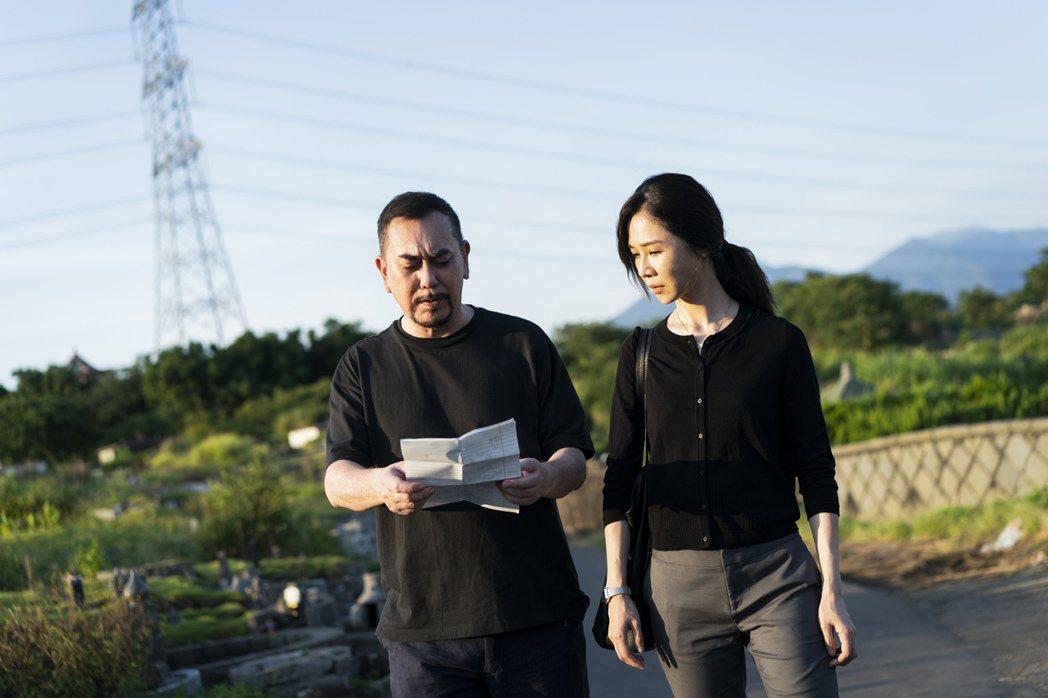黃秋生(左)、謝盈萱主演「四樓的天堂」。圖/Netflix提供