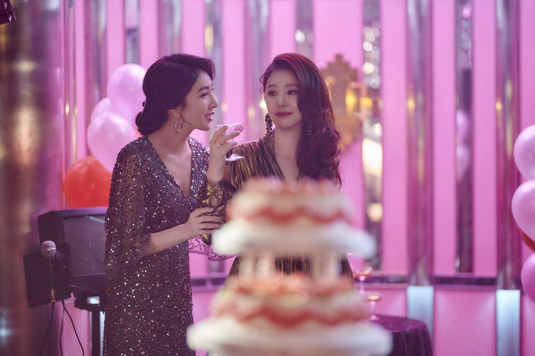 林心如(右)、楊謹華在「華燈初上」中飾演酒店媽媽桑。圖/Netflix提供