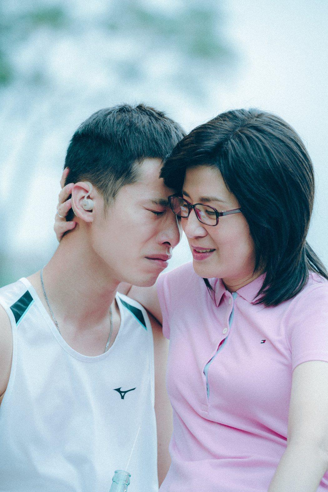 吳君如(右)在「媽媽的神奇小子」中,演活一路陪伴殘疾奧運天才跑者蘇樺偉的媽媽。圖...