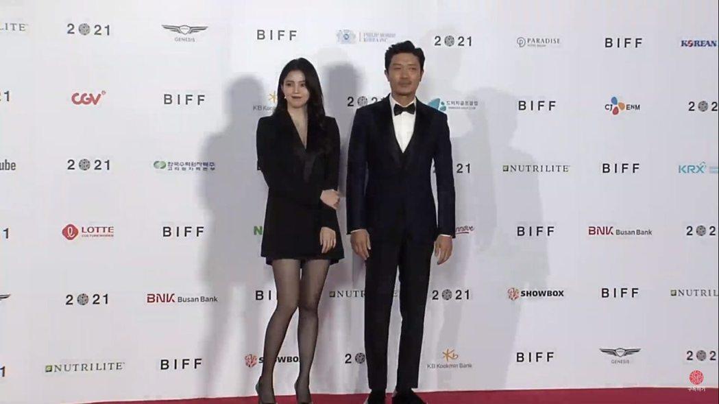 韓韶禧(左)與朴喜洵一同登上釜山國際電影節紅毯。圖/摘自YouTube