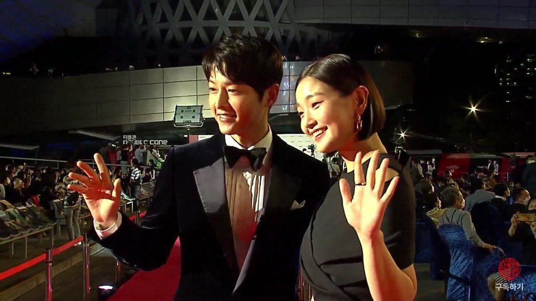宋仲基(左)、朴素丹主持釜山電影節開幕式,此次也是相隔2年,釜山電影節再度舉辦紅