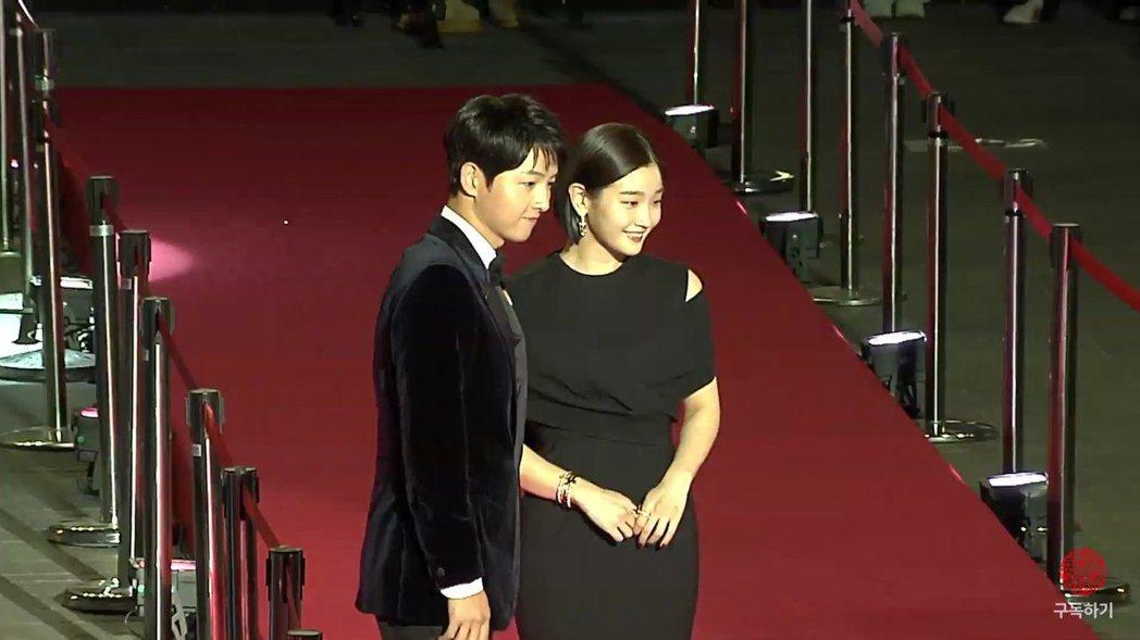 宋仲基(左)、朴素丹主持釜山電影節開幕式,此次也是相隔2年,釜山電影節再度舉辦紅...