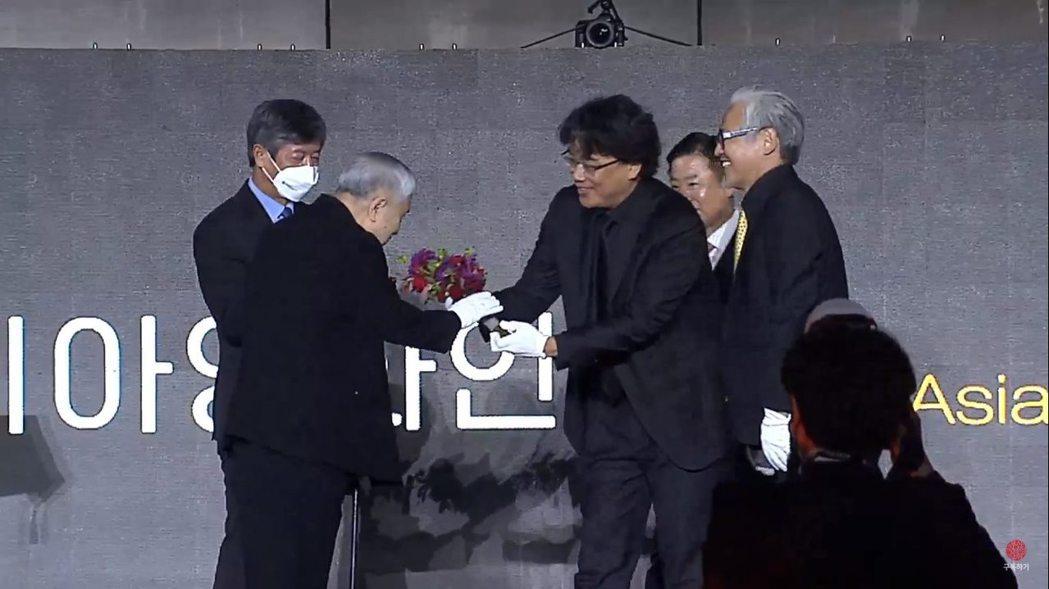 奉俊昊(右)頒獎給86歲電影人林權澤。圖/摘自YouTube