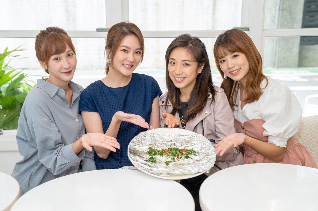 梁舒涵(右二)收「蒸煮魚」,感受鄭亞(左起)、楊雅筑、王上菲滿滿的愛。圖/TVB