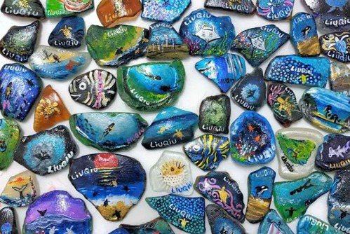 屏東小琉球結合海灘貨幣獎勵的愛龜淨灘活動,在今天中秋連假首日復辦,以海廢玻璃磨鈍...