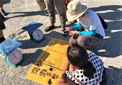 屏東小琉球結合海灘貨幣獎勵的愛龜淨灘活動,在今天中秋連假首日復辦,參與者以撿拾的...