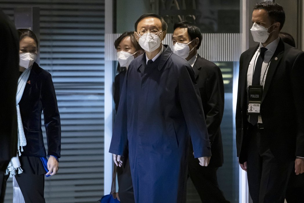 在楊潔篪搭上赴歐專機的前後,中國政府方面也正式宣布:「2021年10月30日於義...