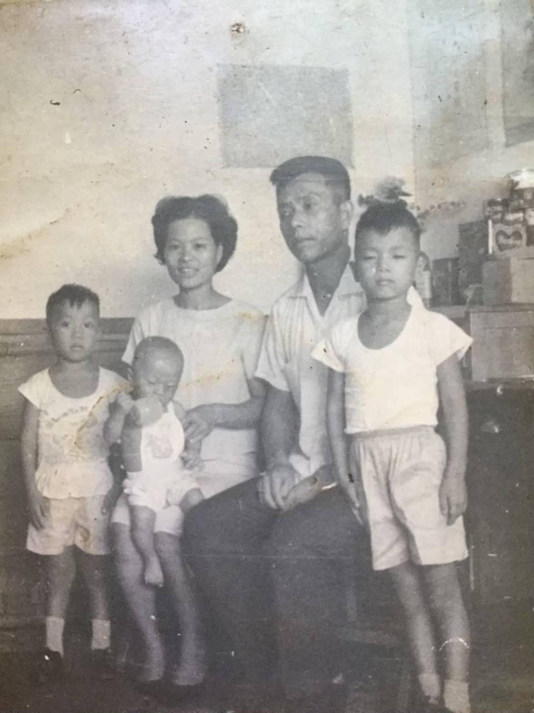 蔡詩萍(右一)與父母和弟弟在簡陋的眷村家裡,弟弟身後處的竹榻是兄弟倆的床。圖/蔡...